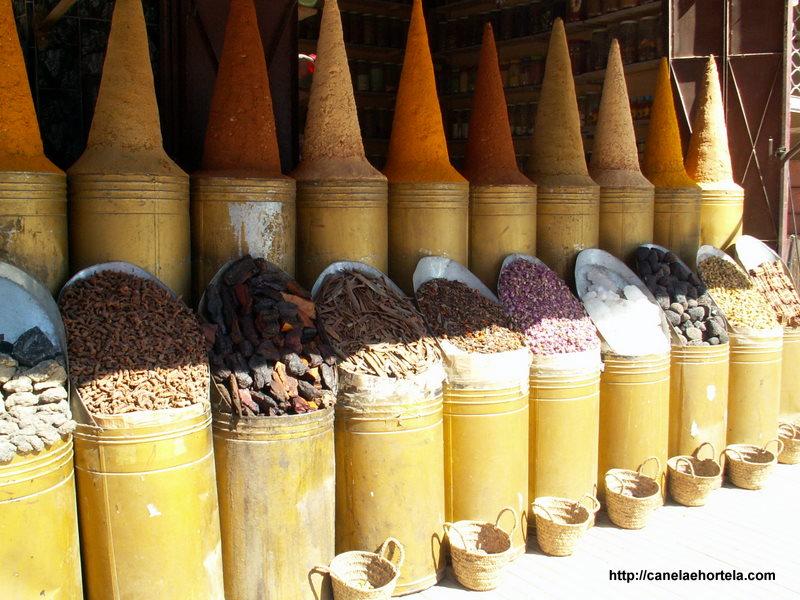 Vista de uma bancada de especiarias de uma loja na Medina de Marrakech